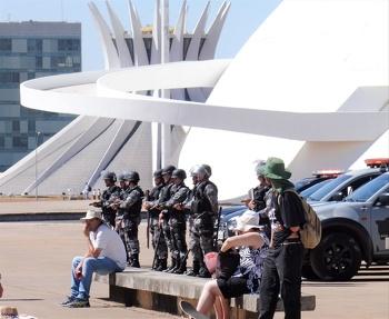 Bild: Demonstranten und Polizei