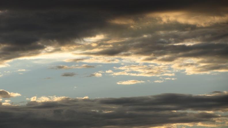 Wolkenband über dem Möckernkiez mit Silberstreif