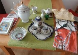 Tisch beladen mit Porzellan