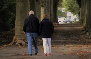 altes Ehepaar von hinten im Park