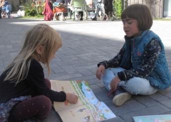zwei Kinder malend auf dem Kiezplatz