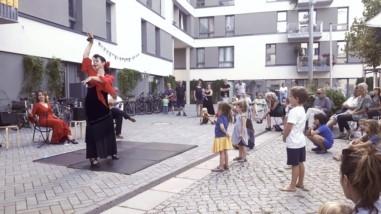 Kinder betrachten Tänzerin bei Konzert