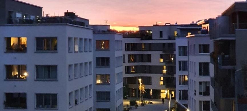 Möckernkiez Erschliessungsstrasse mit Sonnenuntergang