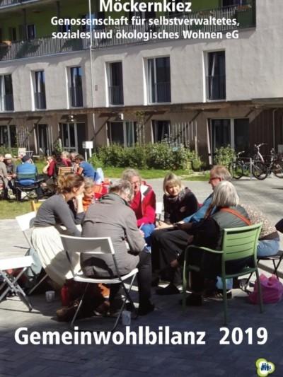 Titelseite Gemeinwohlbilanz 2019 - mehrere Menschen sitzen im Kreis auf Stühlen