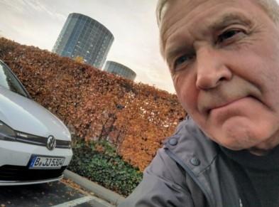 Jukka und sein eGolf auf einer Strasse
