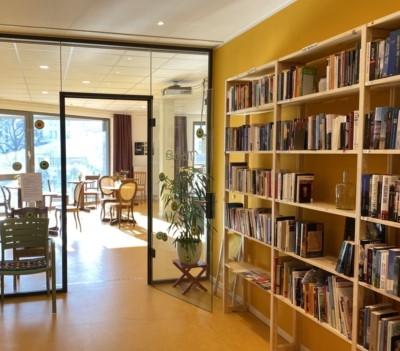 Möca Foyer mit Buchregal