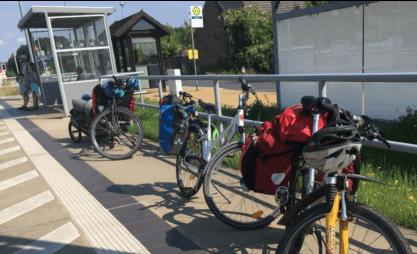 Bahnsteig mit Rädern und viel Gepäck im Sommer