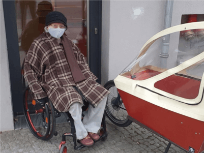 Frau im Rollstuhl wird durch ein Lastenrad blockiert