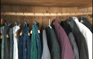 Blick in Kleiderschrank