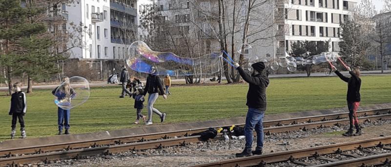 Seifenblasenmachen im Park