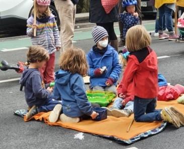 Kinder spielen auf einer Decke auf der Großbeerenstraße