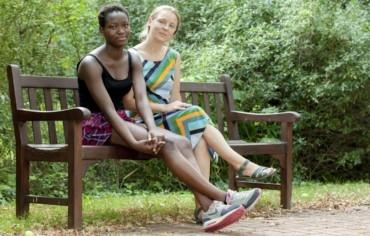 Zwei junge Frauen auf einer Bank